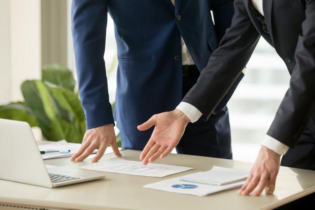 agente-inmobiliario-mostrando-plan-casa-al-comprador_1163-5288