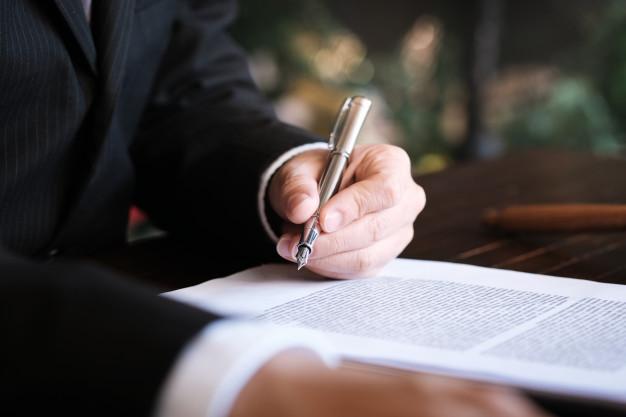 asesor-legal-presenta-al-cliente-contrato-firmado-martillo-leyes-legales-concepto-justicia-abogado_1715-2126