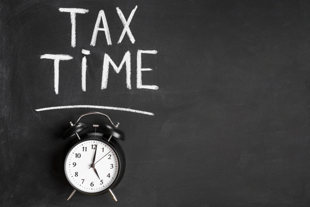 palabra-tiempo-impuesto-escrita-sobre-reloj-alarma-pizarra_23-2147943570